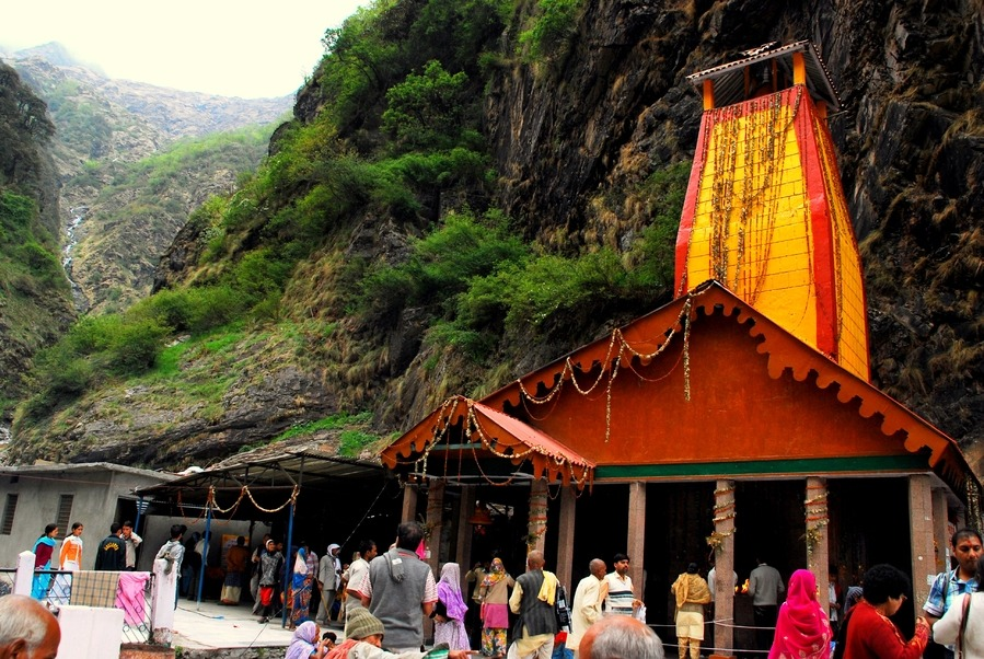 people visiting yamunotri temple